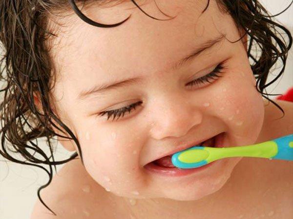 Khi nào cha mẹ nên bắt đầu đánh răng cho bé ?